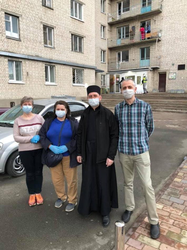 Греко-католики м. Вишневе надали благодійну допомогу жителям гуртожитку, де стався спалах коронавірусу